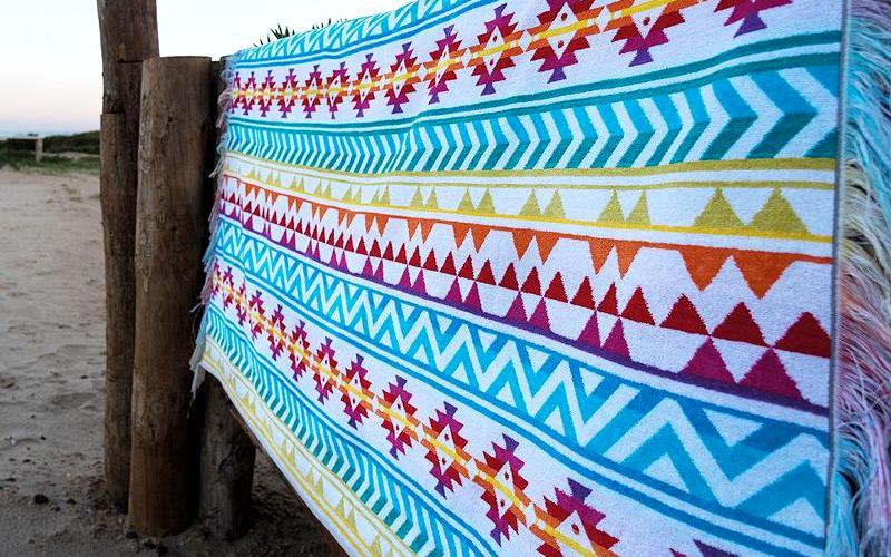 Fashion am Strand: das Liegetuch im Ethno-Look