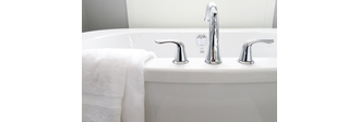 weißes Handtuch hängt über Badewanne