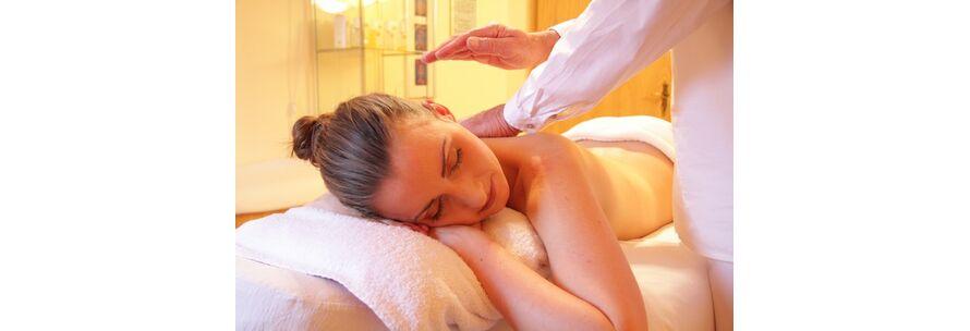Wellnesserlebnis mit aromatischem Massageoel